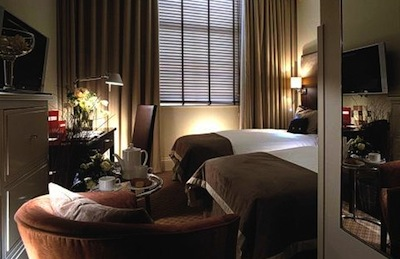 a cozy room at the London Bridge Hotel