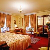 The Hotel Regina is near many famous paris landmarks