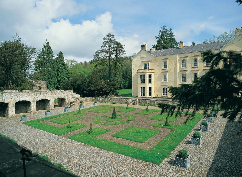 Aberglasny House - Visit Wales