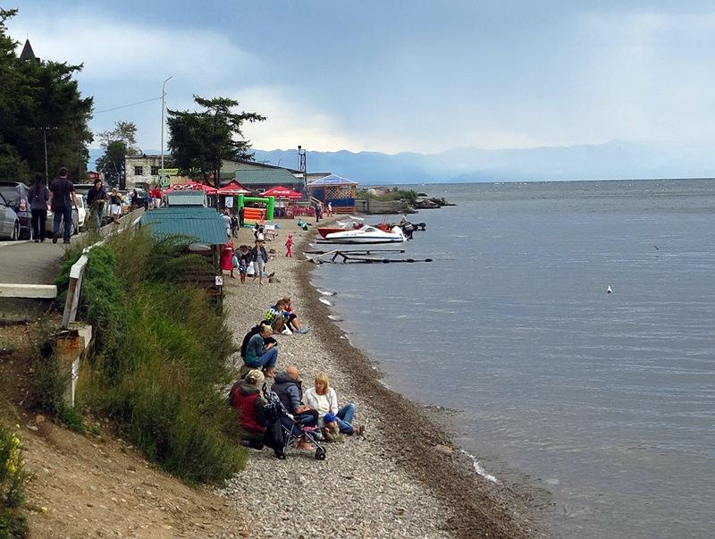 Chilly shoreline picnics