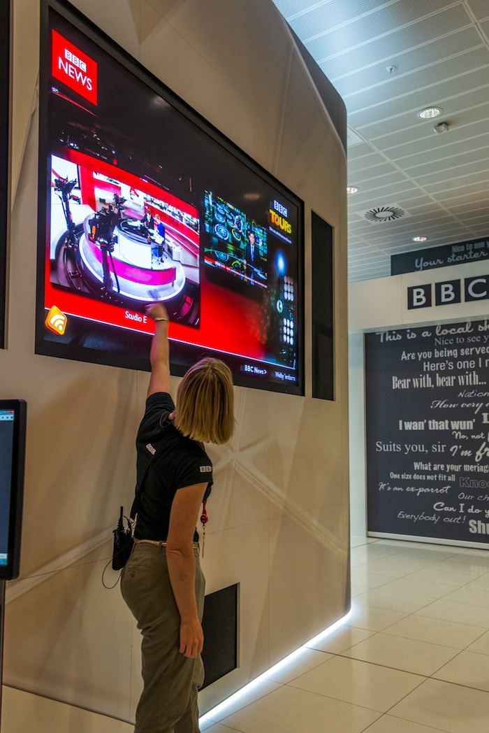 We learn about the new BBC Broadcasting House. Six thousand employees work here, of whom 2,200 are journalists.