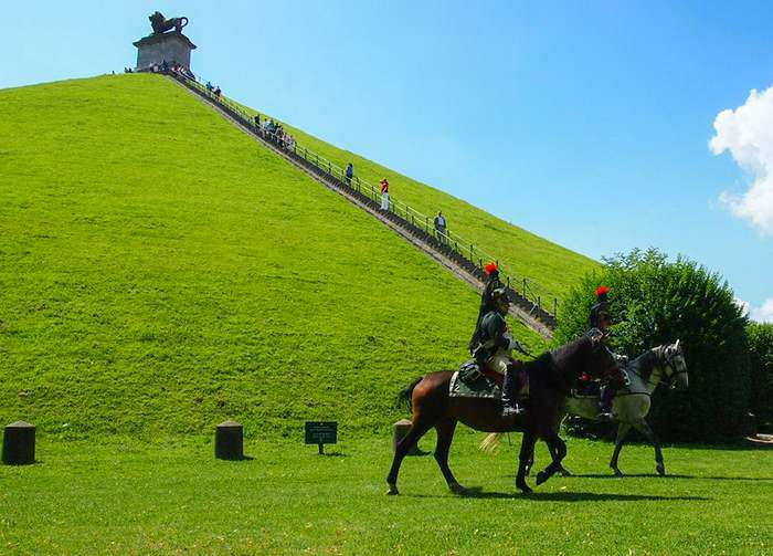 Two horsemen next to the Lion's Mound