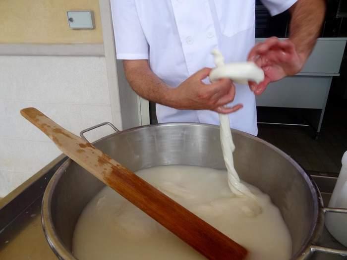 """""""Pulling"""" mozzarella in Puglia"""